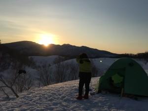 広々とした雪原キャンプで、ご来光