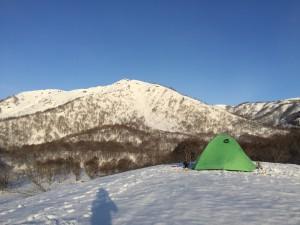 雪原の向こうに野伏ヶ岳